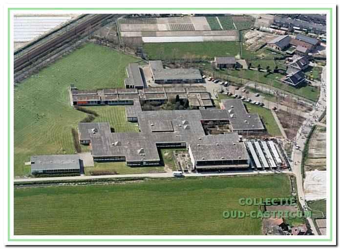 Luchtfoto van gebouwencomplex Bonhoeffer college, Pieter Kieftstraat 20 in Castricum.