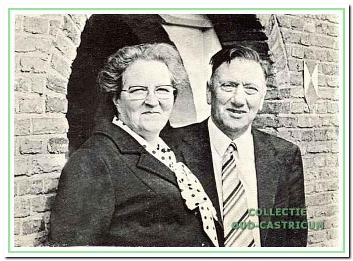 Deze foto is gemaakt bij het afscheid van Ds. Papineau Salm en op 28 april 1973 gepubliceerd in het orgaan van de gemeente 'Hervormd Castricum'. In de begeleidende tekst wordt het echtpaar lof toegezwaaid voor hun grote verdienste voor de gemeente.