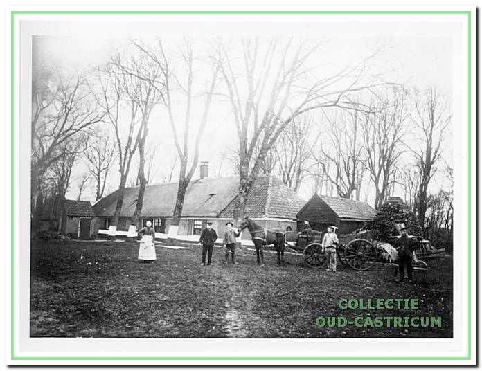 Boerderij Zeeduin, ook wel de boerderij van de weduwe Asjes genoemd. De weduwe Asjes staat links op de foto. De boerderij stond aan het begin van de Zeeweg nabij de voormalige directeurswoning van Provinciaal Ziekenhuis Duin en Bosch, nu Fochteloo. De foto zou dateren van 1892.