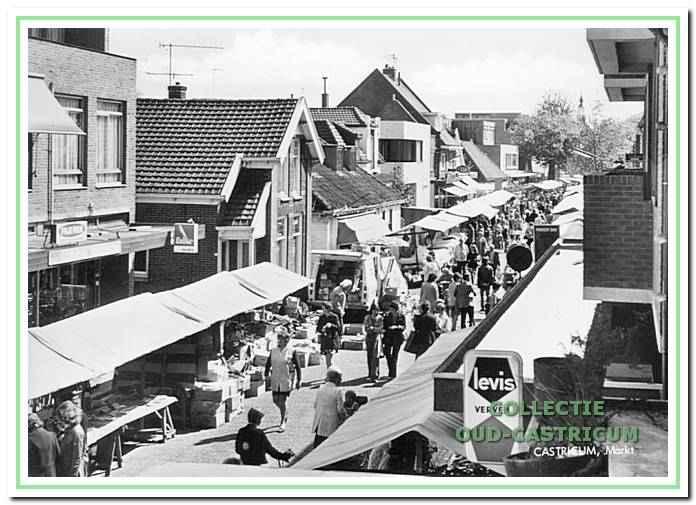 We kijken in de richting van de Dorpsstraat. De markt is vanaf 1951 hier gehouden. In 2001 verhuisde de markt naar de Dorpsstraat.