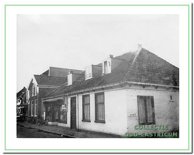 De kunsthandel van Groesz, ca. 1975 in 'De Gouden Stulp' (nr 23) met ernaast het nu nog bestaande, in 1918/1919 gebouwde woonhuis van de familie Res (nr 25). Beide panden zullen mogelijk in de nabije toekomst aan de slopershamer ten prooi zal vallen.