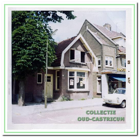 Het pand van melkslijter Paul Lute (nr 19), kort voor de afbraak in 1968. Rechts een gedeelte van het door Coenraad Marjot vóór 1930 gebouwde winkelpand.