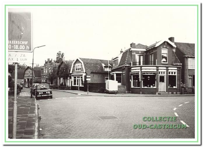 De zaak van tabak- en rookwerk van Nicolaas Peijs op de plaats van het vroegere café op de hoek van de Bakkummerstraat en de Van Oldenbameveldweg (nr 2).