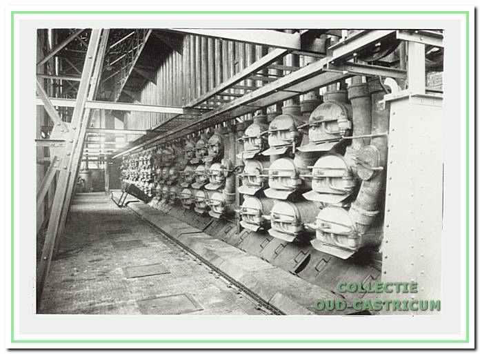 Hier een voorbeeld van retortovens; hier meerdere ovens met elk 9 retorten in de grote gasfabriek te Alkmaar.