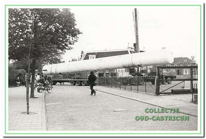 Het wegvoeren van een van de propaantanks in 1975 vanaf het fabrieksterrein.