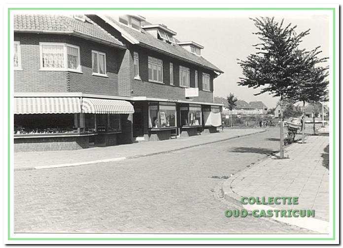 Links de winkel van Beentjes aan de Van Egmondstraat.