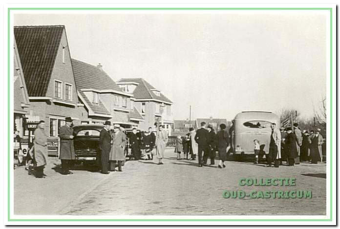 Vertrek vanafde Van der Mijleweg voor de beslissingswedstrijd Koog Zaandijk-CSV in 1938.