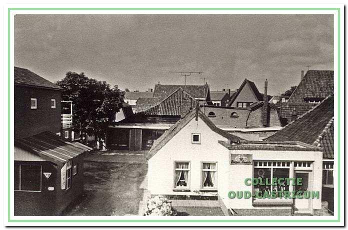 De rijwielzaak van Jan Rozemeijer (nr 16) met rechts nog juist de boerderij van Frans Limmen en links het pand van Daatje van de Poll.