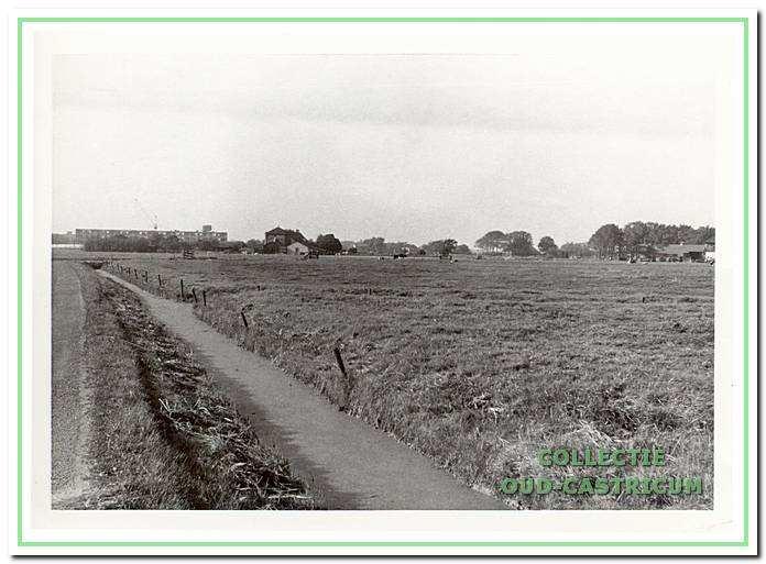 Links de Brakersweg/dijk (niet meer bestaande deel) in de richting van de Alkmaarderstraatweg, 1972.