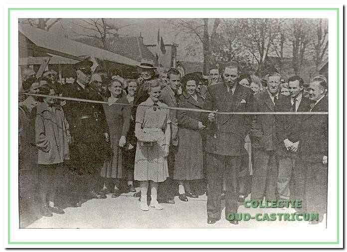 Burgemeester Smeets, die in 1951 een lint doorknipt ter gelegenheid van een opening van de weekmarkt in de Burgemeester Mooijstraat.