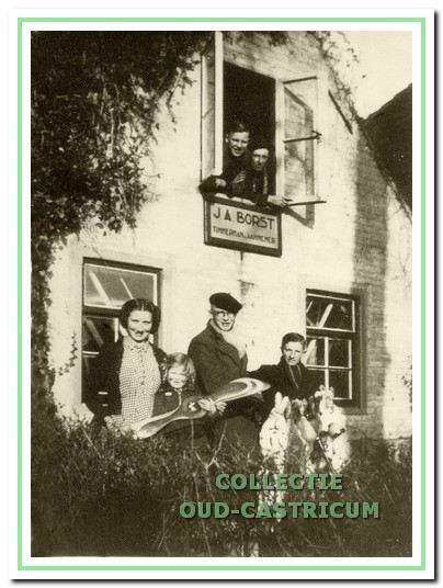 De timmerwerkplaats van Jan Borst (zie 18). V.l.n.r. Aagje (nu Jo) Borst, het kind Ali Zomerdijk, Arie van Lou (Zonneveld) en Gerrit Borst (zoon van Piet); in het bovenraam: Gerrit Borst (zoon van Gerrit) en Jan Borst (zoon van Piet).