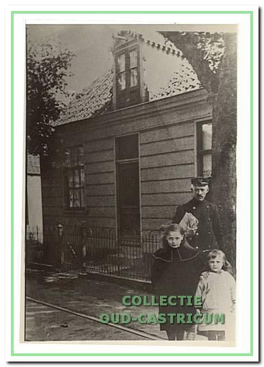 Postbode van Benthem met twee dochters.