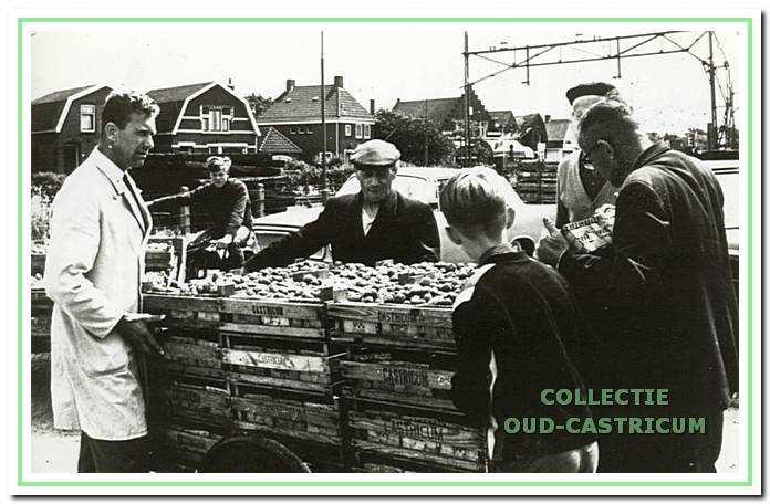 Dirk Stuifbergen in 1967 mei zijn aardbeien voor de nieuwe veiling. Links de keurmeester.