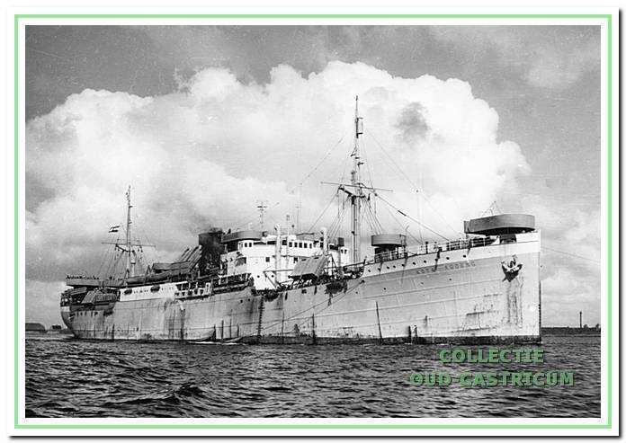 Motorschip Kota Agoeng 7321 brt in oorlogsuitrusting met luchtafweergeschut.