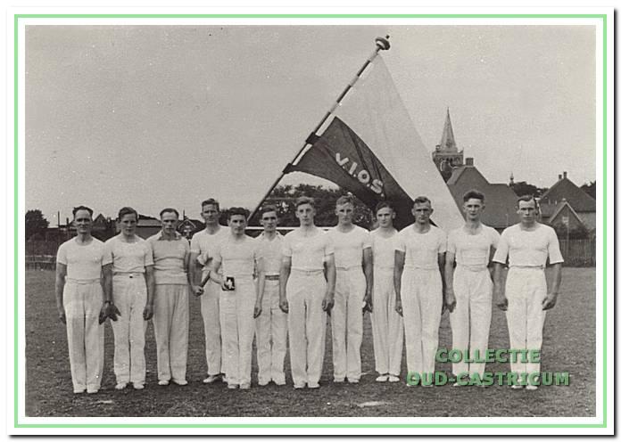 De mannen-turnploeg van VIOS in 1941 met v.l.n.r. leider Jan de Goede, Engel Zonneveld, Wim Korsman, Dorus Schermer, Van Bakel, Cor Groen, gemeentesecretaris Jan van Lunen, Niek Borst, Tinus Hopman, Jan Breetveld, Herman de Groot en Antoon Lute.