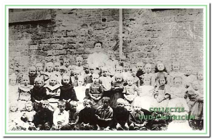 Leerlingen van de Openbare Lagere School bij de Hervormde kerk, Dorpsstraat 67 in Castricum.