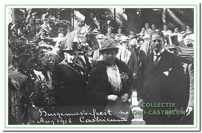 Burgemeester Lommen en zijn stiefmoeder staande voor het bordes van het raadhuis.