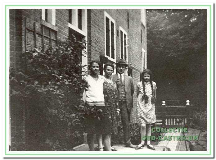 D.L Zinkweg was schoolhoofd van de openbare lagere school van 1930 tot 1942. Hier met zijn gezin in 1932 voor hun woning in het gemeentehuis naast de school.