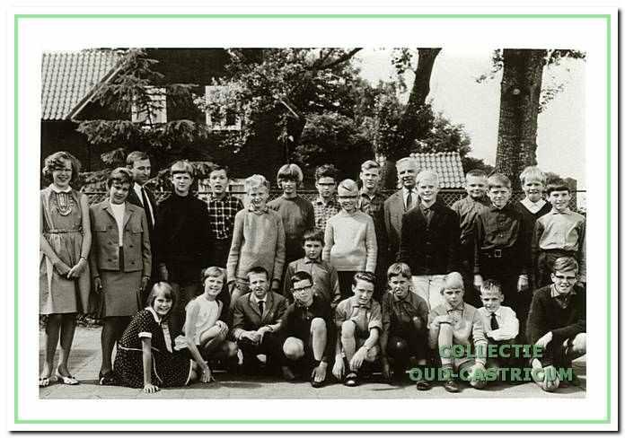 """Een van de laatste foto 's op het plein van de """"School met den Bijbel"""" aan de Van Oldenbarneveltweg. Juni 1966."""