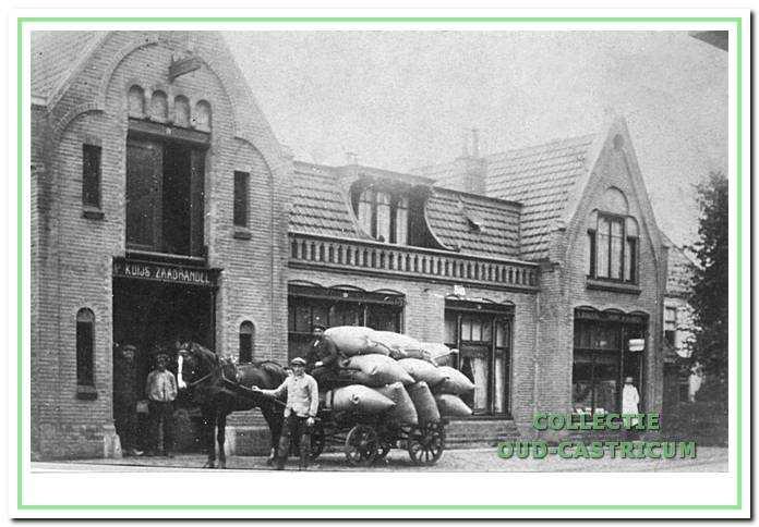 Het winkelcomplex Dorpsstraat 49, 51, 53, ca. 1920. Rechts (nu 49) de kapperszaak van Boddeke. Het middengedeelte (nu 51) lijkt in gebruik als woonhuis (rechts) en winkel (links). Het linkergedeelte (nu 53) is onmiskenbaar in gebruik als pakhuis en wagenloods.
