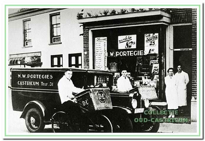 De kruidenierswinkel van Nicolaas Wouter Portegies, Dorpsstraat 43, in 1935.