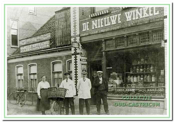 Foto genomen ca. 1918 van 'De Nieuwe Winkel', de gerenoveerde kruidenierszaak van Jan Stolk met daarnaast het nog intacte woongedeelte van het oorspronkelijke pand. Voor de winkel rechts Jan Stolk, links zijn dochter Hendrika Stolk.