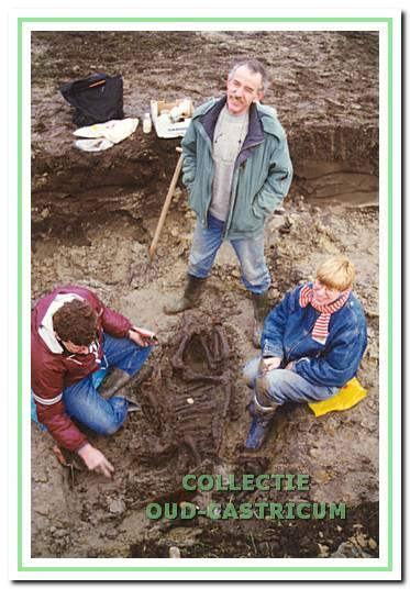 Leden van de werkgroep bezig met het ontgraven van het runderskelet.