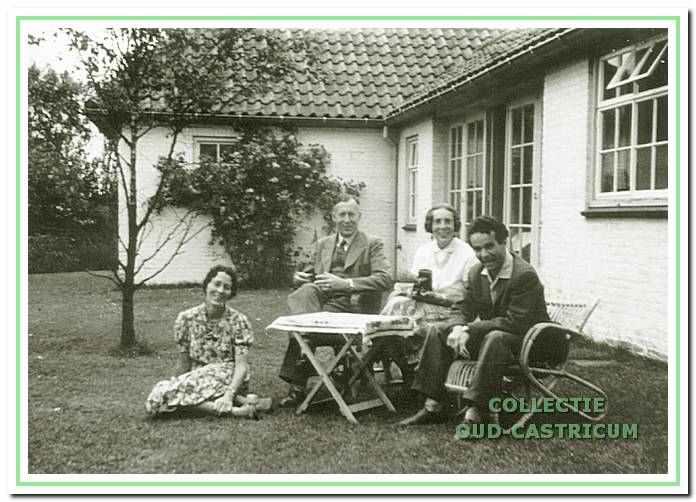 Dokter van Nievelt bij het witte huis aan de Geversweg 2 in Castricum, rond 1953.