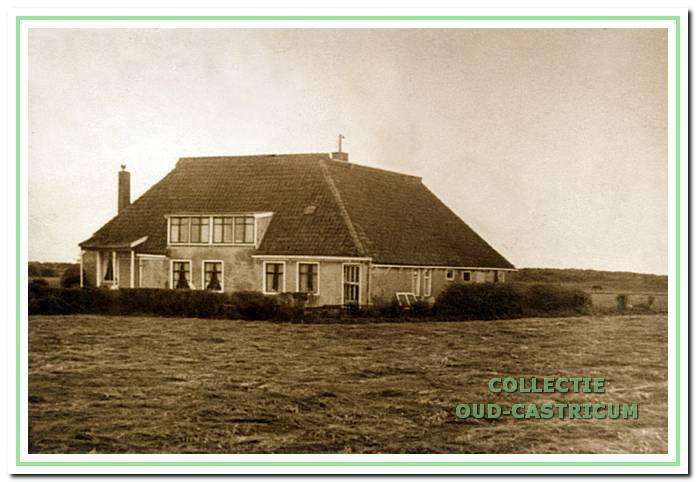Boerderij 'Noord-Bakkum' aan de Hoogeweg. Deze grote boerderij met zeskant, had in 1830 ook nog een aanbouw. Hier woonden toen drie gezinnen. In 1989 is de boerderij gesloopt.