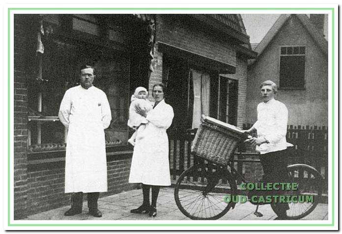 Cor Sneekes, echtgenote Trien met één van de kinderen en knecht Gerrit Kuijs rond 1930.