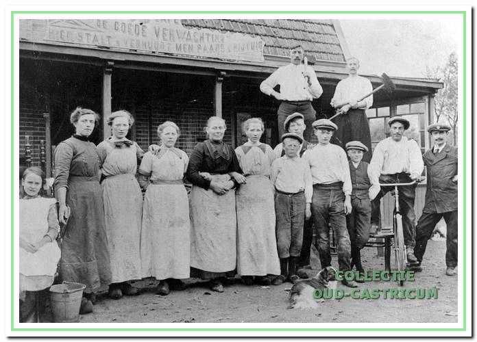 De familie Castricum met personeel voor De Goede Verwachting rond 1915.
