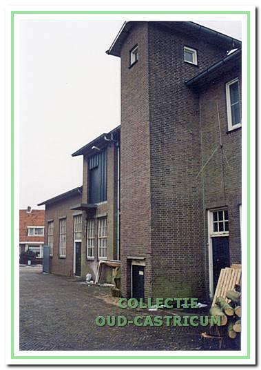 De kaasmakerij die in 1950 werd gebouwd staat er nog steeds. In 1954 is er een verdieping opgezet voor de kaasopslag. De toren in het midden is de liftkoker.