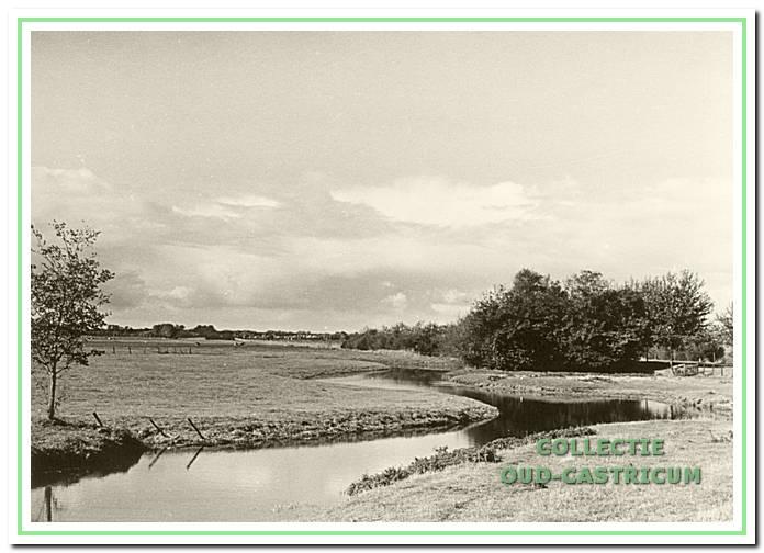 De Schulpvaart slingerend door het weidegebied, ooit de grens vormend tussen de gemeenten Bakkum en Castricum.