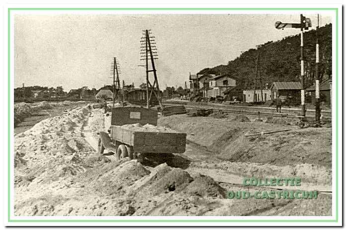 De aanleg van de westelijke los- en laadplaats. De spoorbaan lag hier anderhalve meter boven het maaiveld van de polder, er moest dus flink wat grond worden aangevoerd.