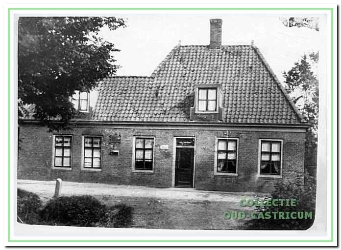 Vooraanzicht van het oude postkantoor aan de Dorpsstraat - hoek Cieweg, dat in deze vorm ca. 1892 tot stand kwam en waar Jacob Res als kantoorhouder begon. Een veronderstelling is, dat als we het schuine dak links naar beneden doortrekken en bovendien de aanbouw links wegdenken, het beeld ontstaat van het pand voor de verbouwing tot postkantoor; waar de heelmeester Antonius Reijnders zijn praktijk uitoefende.