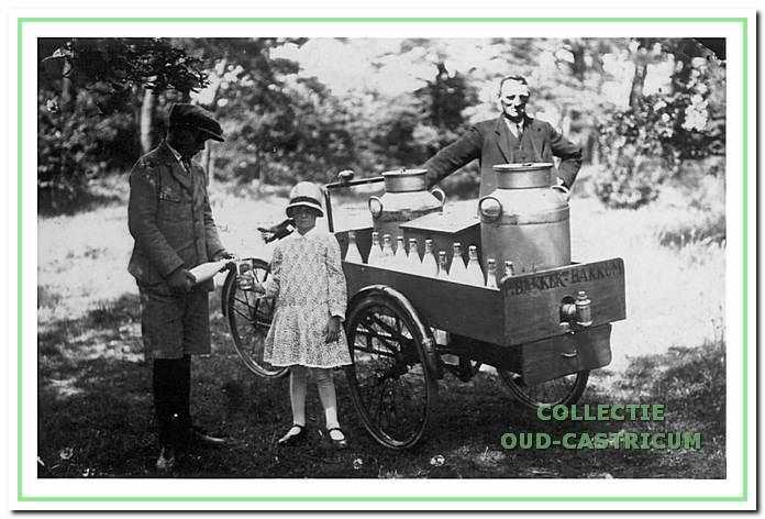 Piet Bakker sr. met zijn kinderen Arie en Agaath tijdens melkverkoop aan de Zeeweg in 1929.