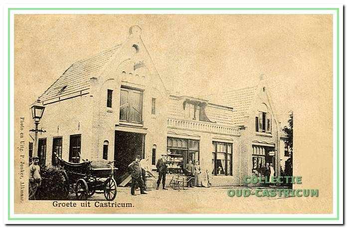 Dorpsstraat 49, 51, 53, ca. 1905. Links wagenmakerij van Jan Koopman. Dan het woonhuis van Jan Koopman. Rechts de kapperszaak van Boddeke. Coiffeur Boddeke staat met lange witte jas in de deuropening.