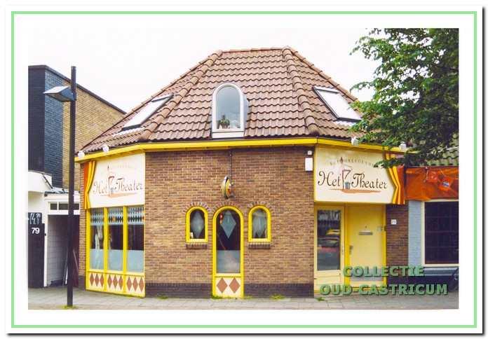 Restaurant 'Het Theater', in 1996 gevestigd in de in 1989/1990 herbouwde voormalige doorrijstal, Dorpsstraat 77. Ten opzichte van de oude situatie oogt het pand veel fraaier; zonder dat het oorspronkelijke karakter al te zeer is aangetast.