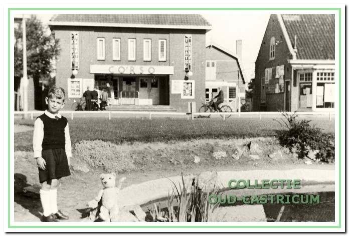 Deze foto uit ca. 1939 toont op de achtergrond tussen de Corso-bioscoop en de bloemenwinkel de door Jan Kehl gestichte bollenschuur. Op de voorgrond de toenmalige vijver met fontein naast het voormalige gemeentehuis, deel uitmakend van een uit 1937 daterend parkje met de Juliana en Bernhard bank.