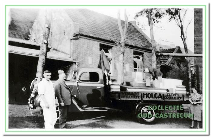 De Ford uit 1946 is van de NV Zuivelfabriek en Melkinrichting 'De Holland'.