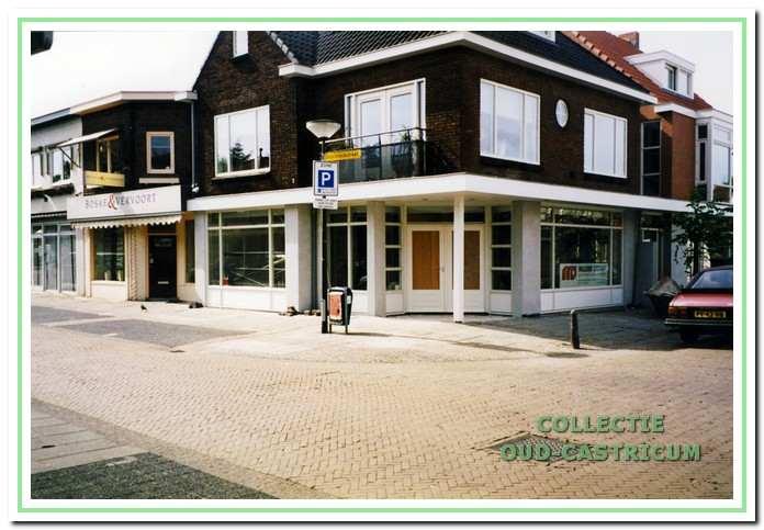 Het pand hoek Geelvinckstraat-Burg. Mooijstraat (nr 33), gebouwd in 1924/1925, dat tot 1962 dienst deed als postkantoor. Zoals deze foto uit ca. 1995 toont, werd het daarna verbouwd tot winkelpand en thans is het onderdeel van een makelaarskantoor.