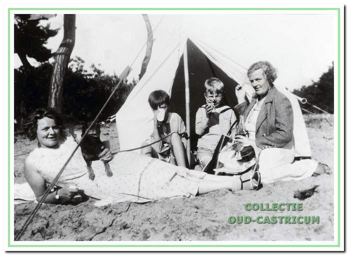 Marie Wentink - Beusman was de schoonzuster van Gré en trad in haar voetsporen als lid van de gemeenteraad tussen 1962 en 1970. Links Marie en rechts Gré samen met kinderen rond 1930 op het kampeerterrein.