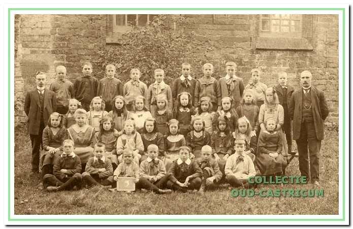 Hoofd van de Openbare Lagere School was meester Bussen (rechts).