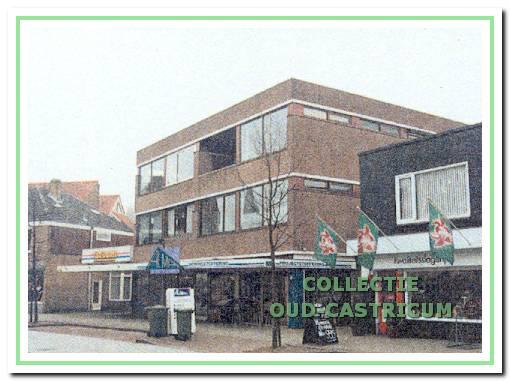 Het robuuste winkel- en appartementsgebouw dat in 1972 gereed kwam.