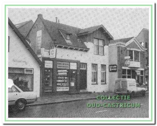 Het pand Dorpsstraat 89 in ca. 1985 heeft rechts een woongedeelte en links een winkelbedrijf.