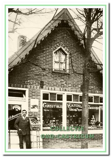 Albert Hogenstijn in 1926 voor zijn winkelpand Dorpsstraat 56.