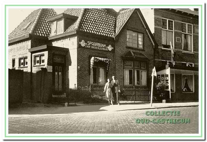 Op de Dorpsstraat nr. 60 was tot 1952 het kantoor van de veiling gevestigd. Het was tegelijkertijd het kantoor van de Boerenleenbank. Voor het gebouw staan Jaap Schut en echtgenote. Rechts ziet U nog iets van De Rustende Jager.