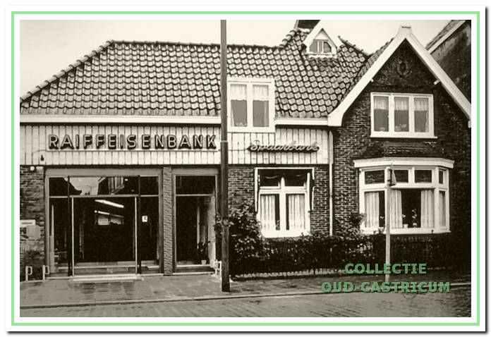Het uitgebreide kantoor van de voormalige Boerenleenbank, nu Raiffeisenbank, geopend in november 1968.