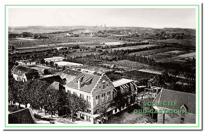 In hetzelfde jaar 1911 ziet de omgeving van De Rustende Jager er totaal anders uit als tegenwoordig. Uitgestrekte tuinderijen tussen Dorpsstraat en Bakkum. Tussen de toneelzaal en de doorrijstal zien we een speeltuintje.