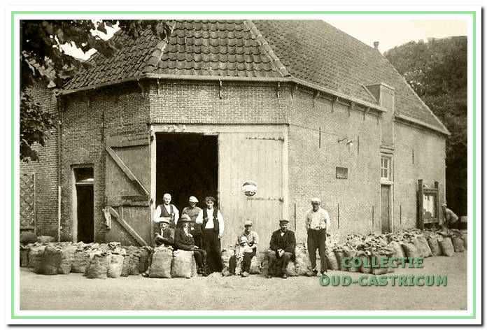 De vrije veiling voor de doorrijstal naast De Rustende Jager. Op de foto van omstreeks 1930, links Bernard Res, verder o.a. Kees en Cor Sprenkeling.